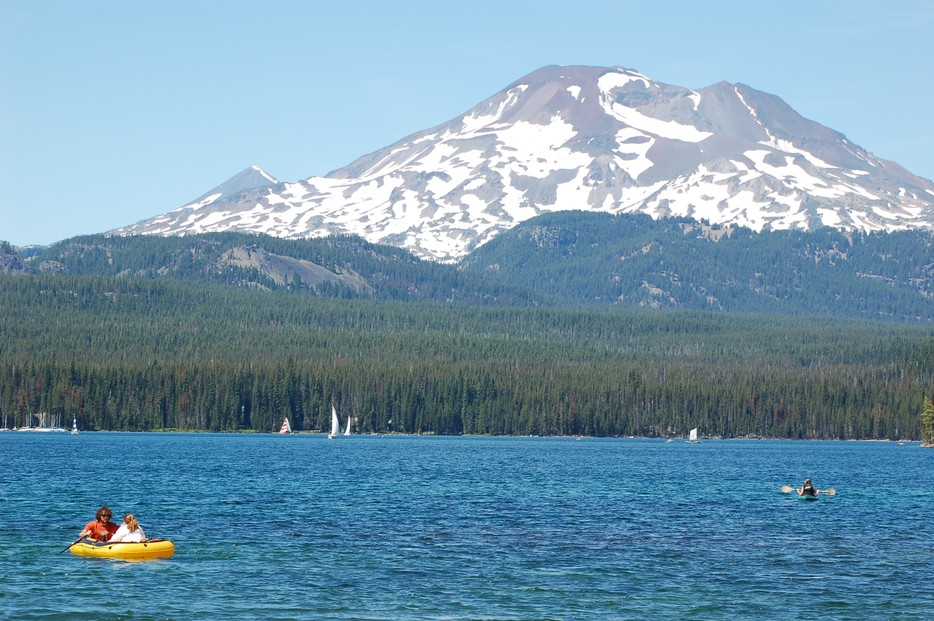 Elk_Lake_and_South_Sister%2C_Oregon.jpg by By Matt Kern (https://www.flickr.com/photos/mattkern/187862669/) [CC BY 2.0 (http://creativecommons.org/licenses/by/2.0)], via Wikimedia Commons